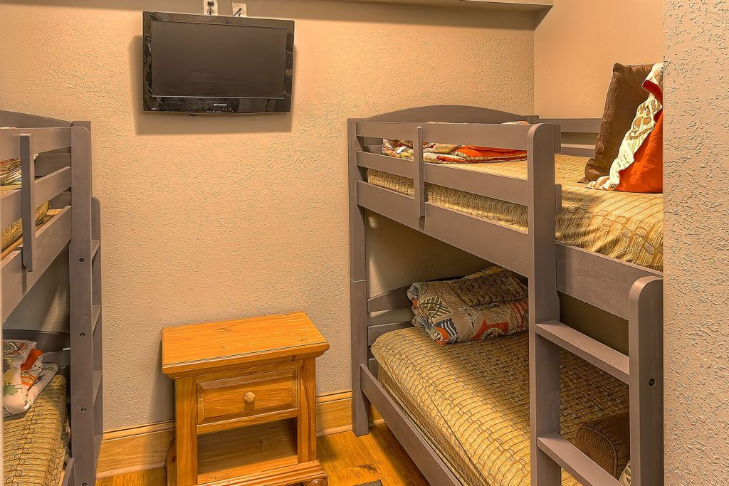 Bunk Beds in Family Suites at Willow Brook Lodge Pigeon Forge Clean Hotels