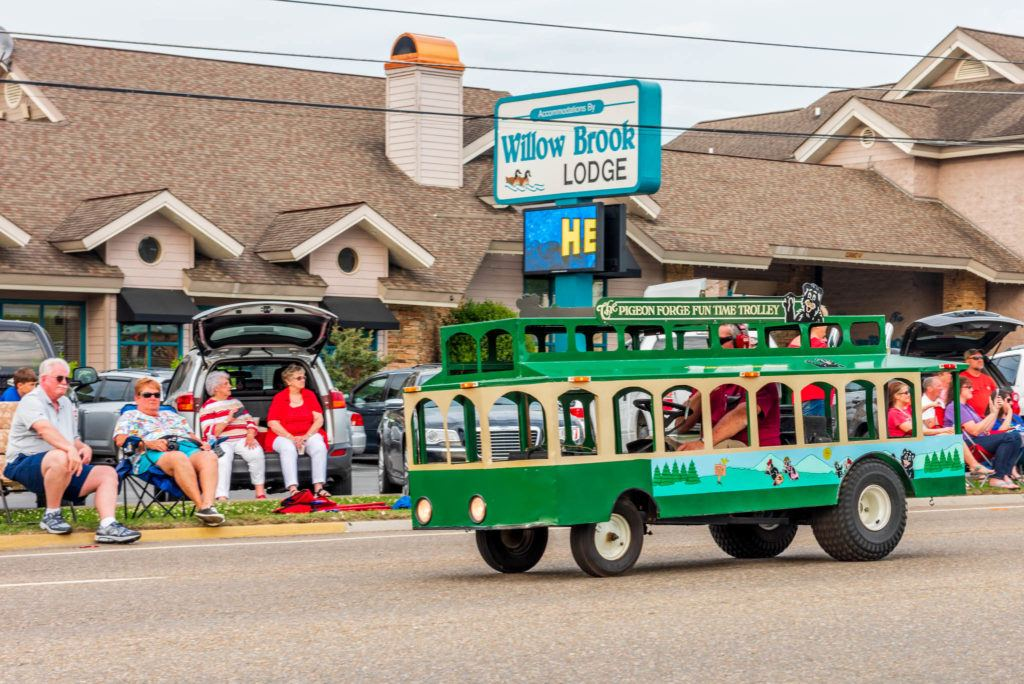 Pigeon Forge Parades and Places To Stay Willow Brook Lodge